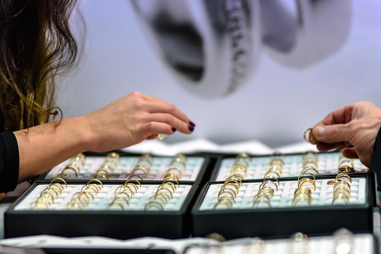 Gdzie kupować najmodniejsze dodatki – jak znaleźć wyjątkowy sklep z biżuterią?