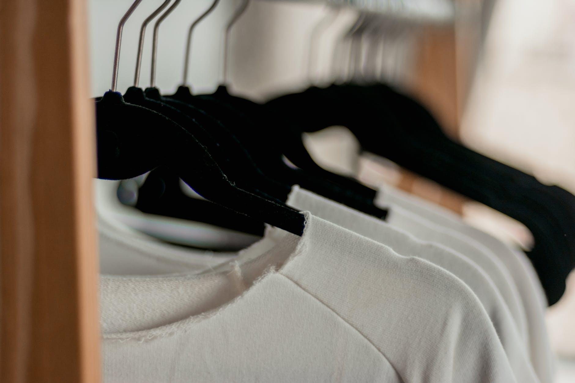 Ciekawe motywy na koszulkach dla kobiet i mężczyzn
